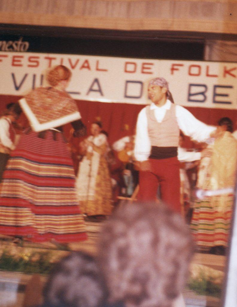 Bailando. XIII Festival de Folklore de Beniel. 22 de mayo de 1999.