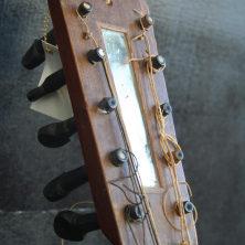 Clavijero. Guitarro Tenor del siglo XIX. Propiedad de Pedro Cabrera. Foto: Tomás García.